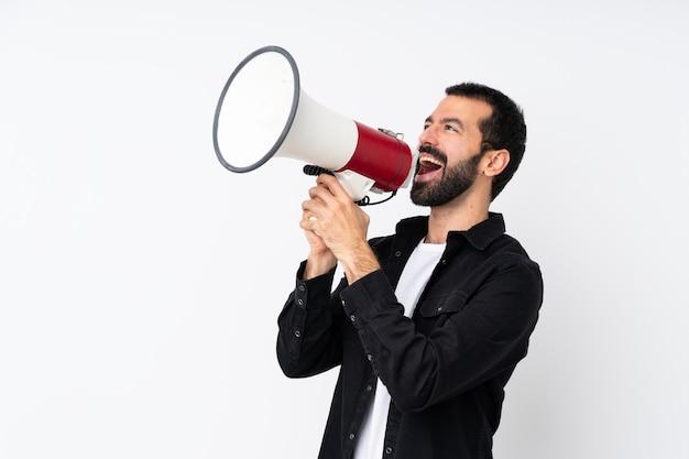 Jovem com barba sobre branco isolado gritando através de um megafone