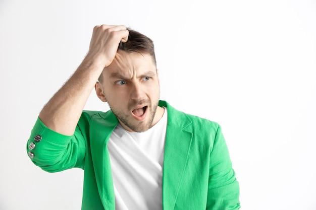 Jovem com blazer verde com expressão de surpresa