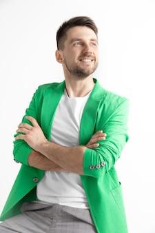 Jovem com blazer verde sorrindo
