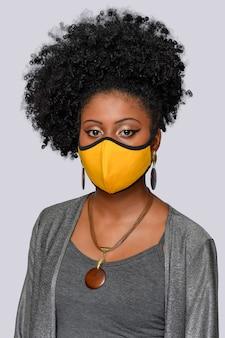 Jovem com cabelo de afrostyle usando máscara de proteção de coronavírus covid19 isolado nas costas grisalhas