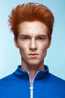 Jovem com cabelo vermelho e maquiagem criativa e cabelo.
