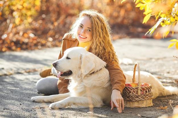 Jovem com cachorro ao ar livre