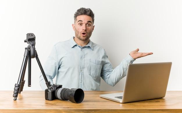 Jovem com câmera e laptop