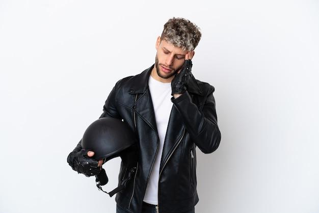 Jovem com capacete de motociclista isolado no fundo branco com dor de cabeça