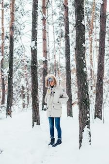 Jovem com casaco de inverno frio e profundo