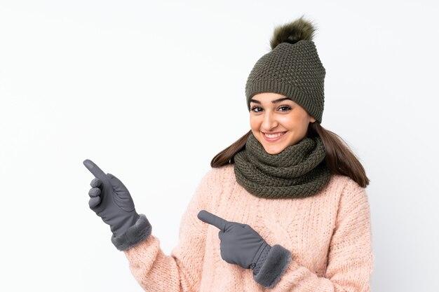 Jovem com chapéu de inverno, apontando o dedo para o lado