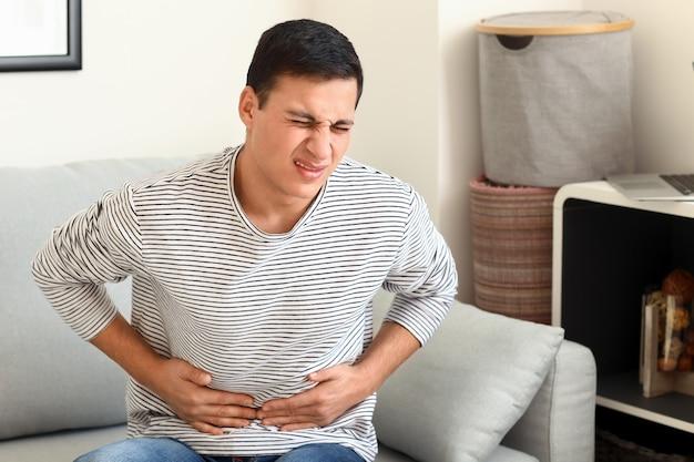 Jovem com dor abdominal em casa