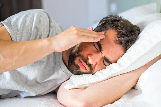 Jovem com dor de cabeça e garganta