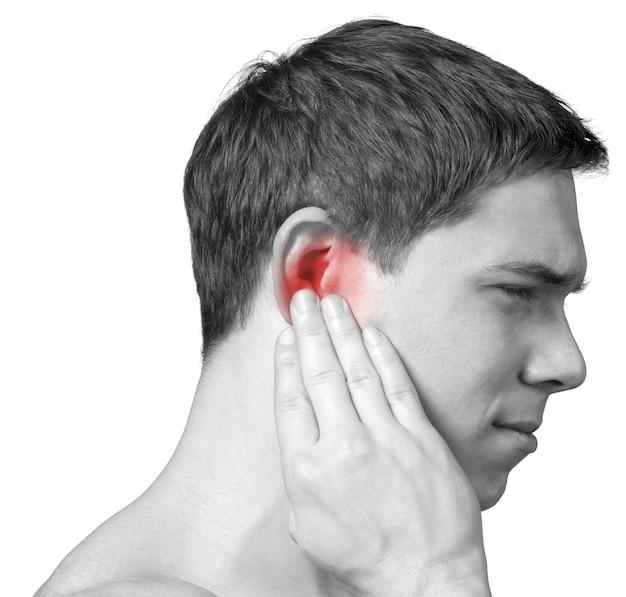 Jovem com dor de ouvido isolada no branco