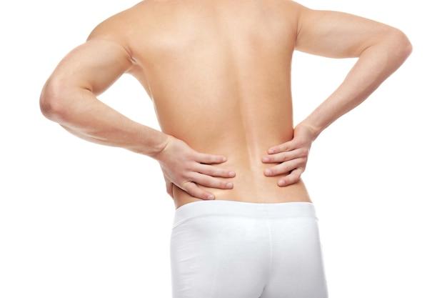 Jovem com dor nas costas em branco
