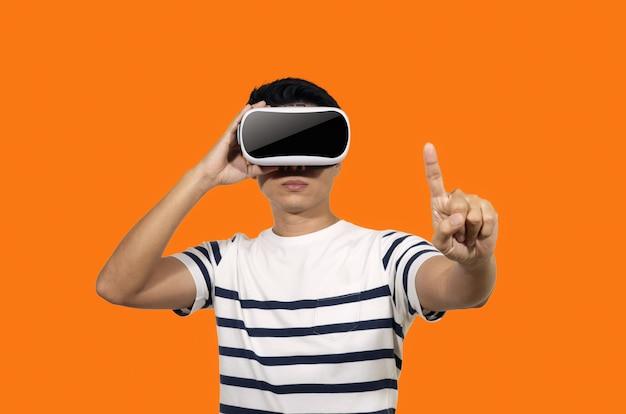 Jovem com fone de ouvido de realidade virtual.