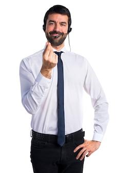Jovem com fone de ouvido fazendo um gesto de dinheiro