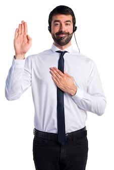 Jovem com fone de ouvido fazendo um juramento
