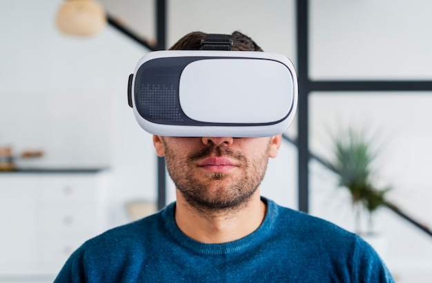 Jovem com fone de ouvido virtual