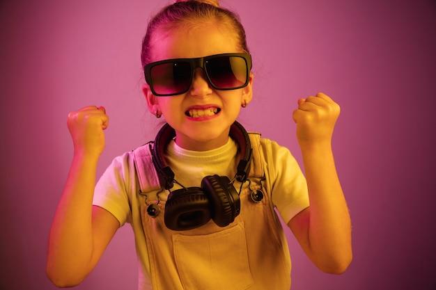 Jovem com fones de ouvido curtindo música