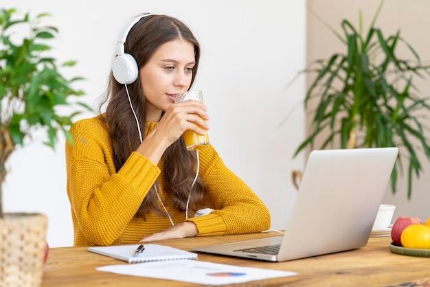 Jovem com fones de ouvido falando em teleconferências