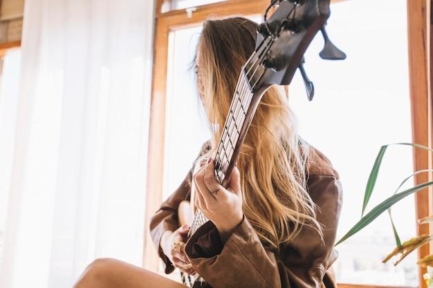 Jovem com guitarra elétrica