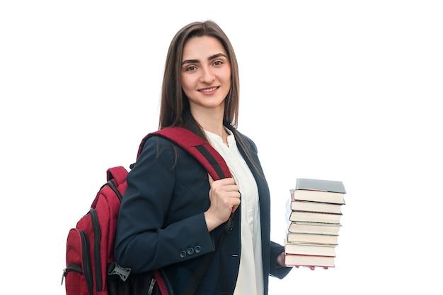 Jovem com livros e bolsa isolada no branco