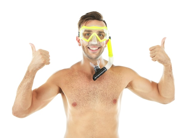 Jovem com máscara ou óculos de natação, isolado no branco