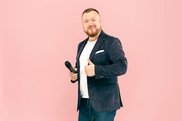 Jovem com microfone rosa, guiando com microfone