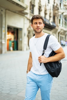 Jovem com mochila na cidade