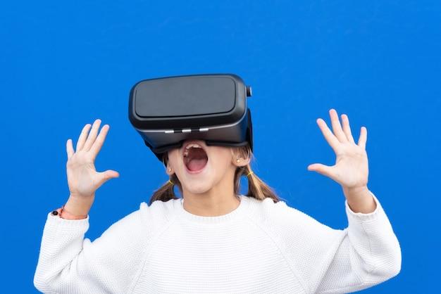 Jovem com óculos de realidade virtual. isolado. fone de ouvido vr.