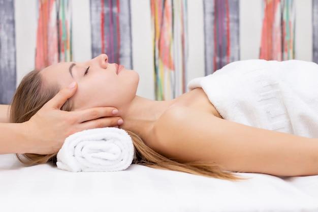 Jovem com pele perfeita, conceito de foto de beleza, cuidados com a pele, conceito de spa, tratamento, massagem facial