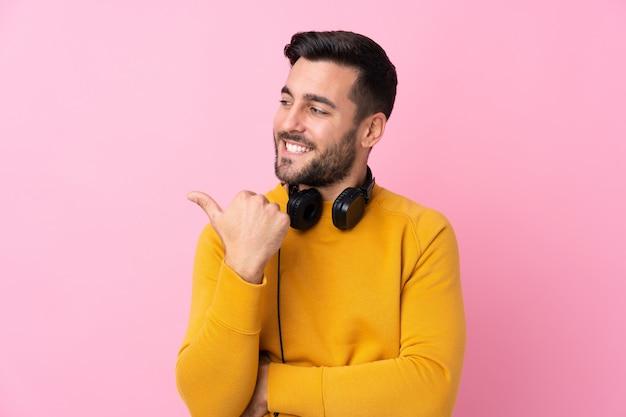 Jovem com suéter amarelo, fazendo um gesto