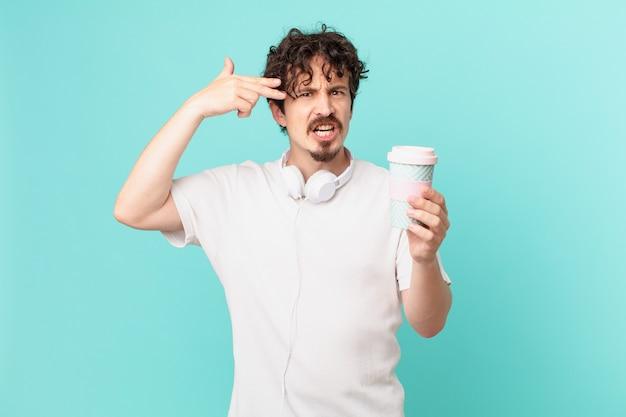 Jovem com um café, parecendo infeliz e estressado, gesto suicida fazendo sinal de arma