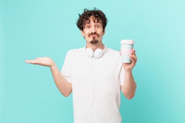 Jovem com um café se sentindo perplexo, confuso e duvidoso