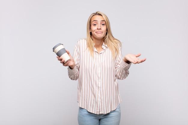 Jovem com um café sentindo-se perplexa e confusa, duvidando, pesando ou escolhendo opções diferentes com expressão engraçada