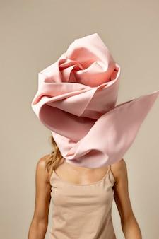 Jovem com um lenço no rosto