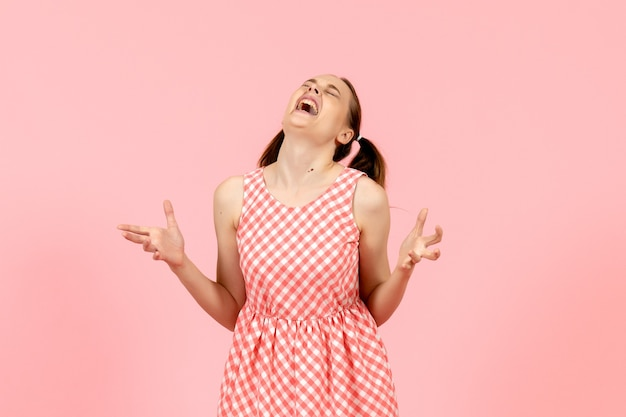 Jovem com um lindo vestido rosa com expressão de raiva rosa