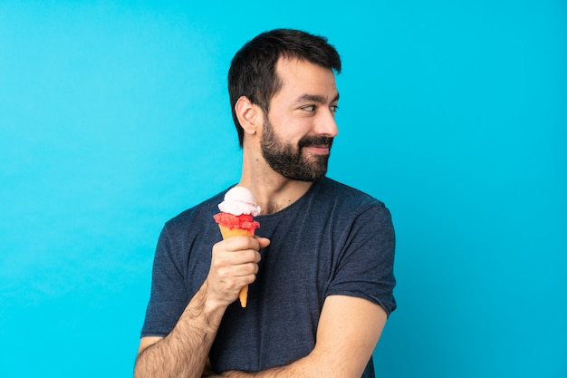 Jovem com um sorvete de corneta com os braços cruzados e feliz