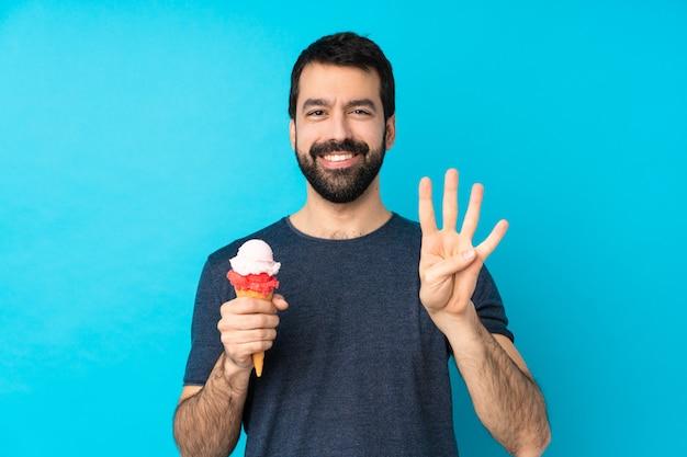 Jovem com um sorvete de corneta feliz e contando quatro com os dedos