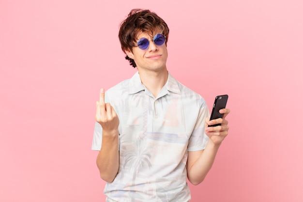 Jovem com um telefone celular se sentindo irritado, irritado, rebelde e agressivo
