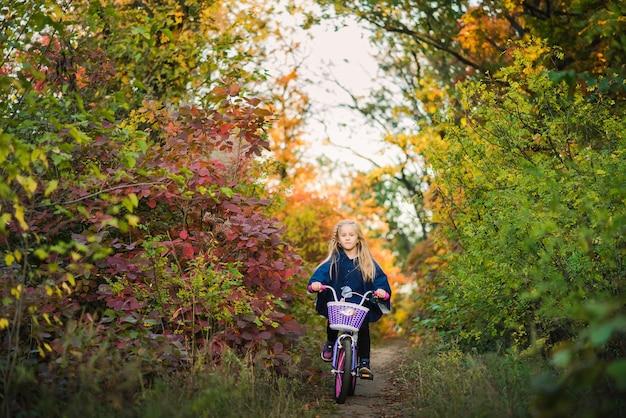 Jovem com uma bicicleta ao ar livre no parque