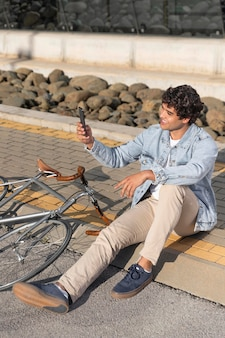 Jovem com uma bicicleta ao ar livre