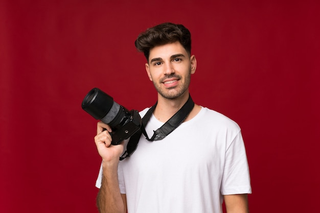 Jovem com uma câmera profissional