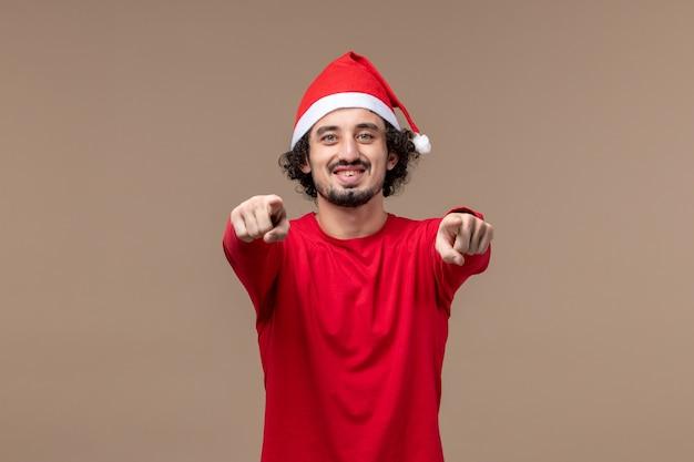 Jovem com uma cara sorridente no fundo marrom férias emoções natal