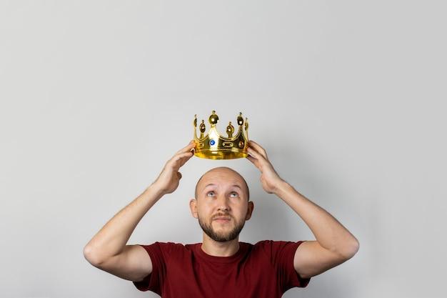 Jovem com uma coroa na cabeça isolada