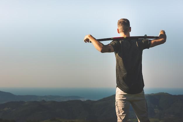 Jovem com uma katana na montanha.