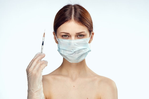 Jovem com uma seringa para injeção na pele