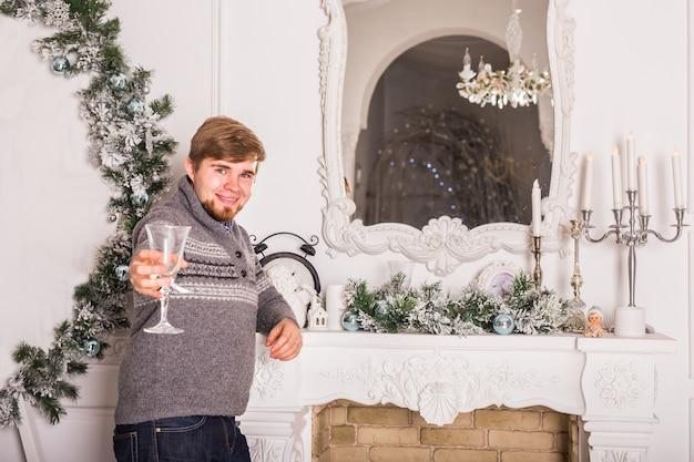 Jovem com uma taça de champanhe. celebrações de natal e ano novo.