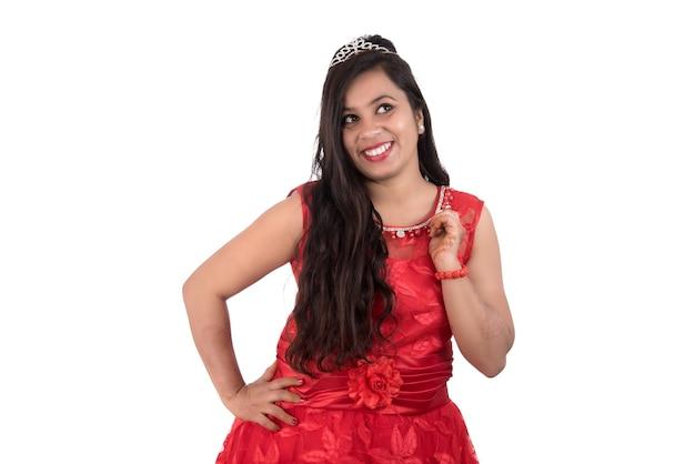 Jovem com vestido vermelho posando em branco
