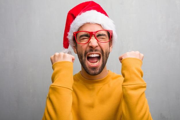 Jovem comemorando o dia de natal segurando presentes surpresos e chocados