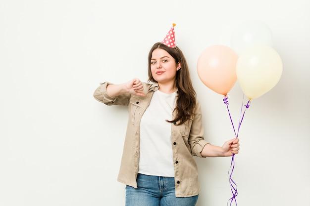 Jovem comemorando um aniversário se sente orgulhoso e auto-confiante