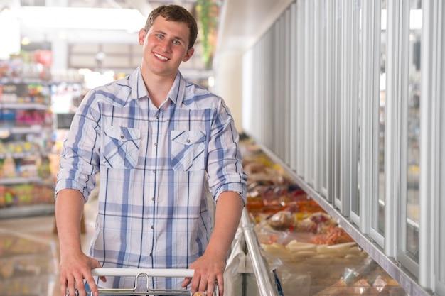 Jovem compra de alimentos congelados em uma mercearia