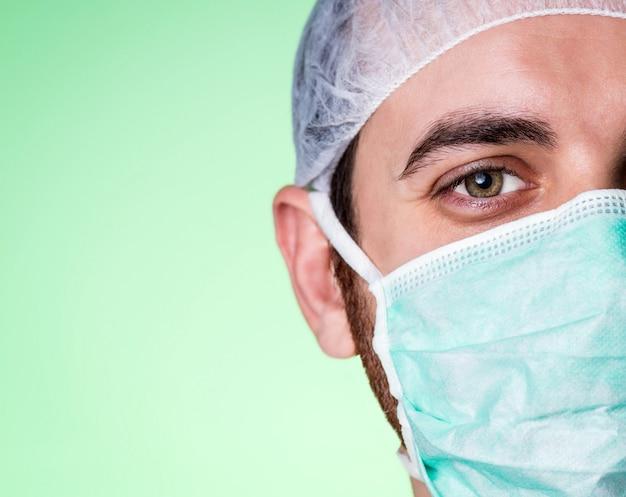 Jovem confiante e simpático médico