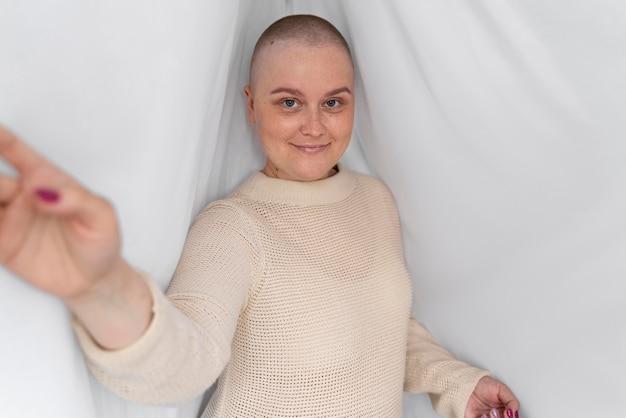 Jovem confiante lutando contra o câncer de mama